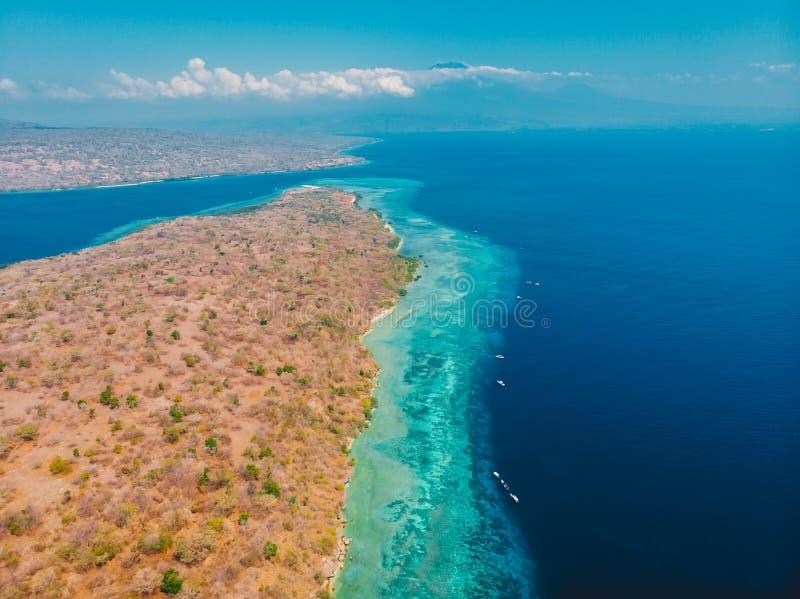 Luchtmening van Menjangan-eiland met koraalrif en blauwe overzees, Indonesië royalty-vrije stock foto's