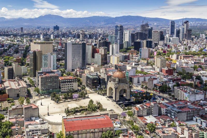 Luchtmening van Mexico-City met revolutiemonument stock foto's