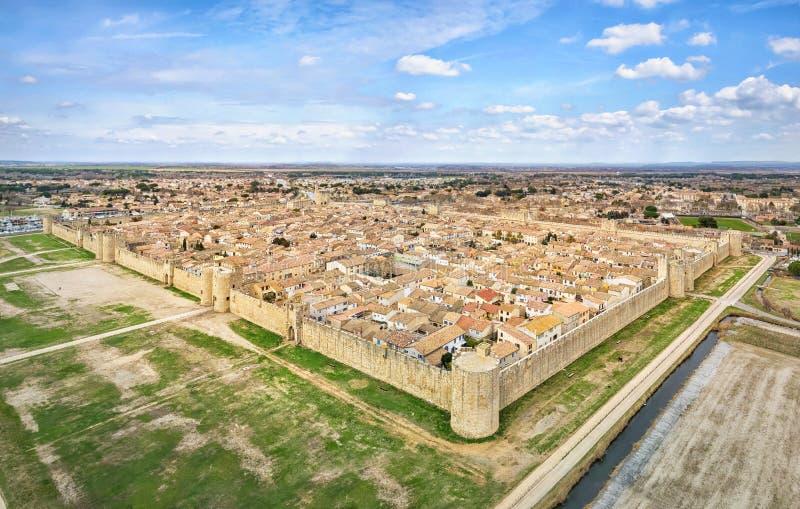 Luchtmening van middeleeuwse versterkte stad aigues-Mortes stock afbeelding