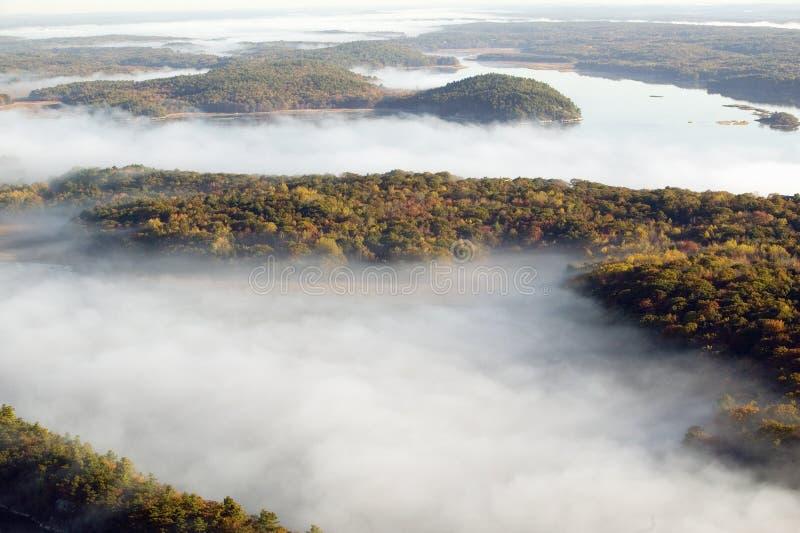 Luchtmening van mist in de herfst over eilanden en heuvels het noorden van Portland Maine stock foto