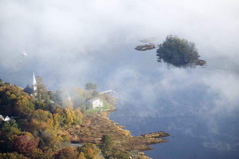 Luchtmening van mist in de herfst over eilanden en heuvels het noorden van Portland Maine stock afbeelding