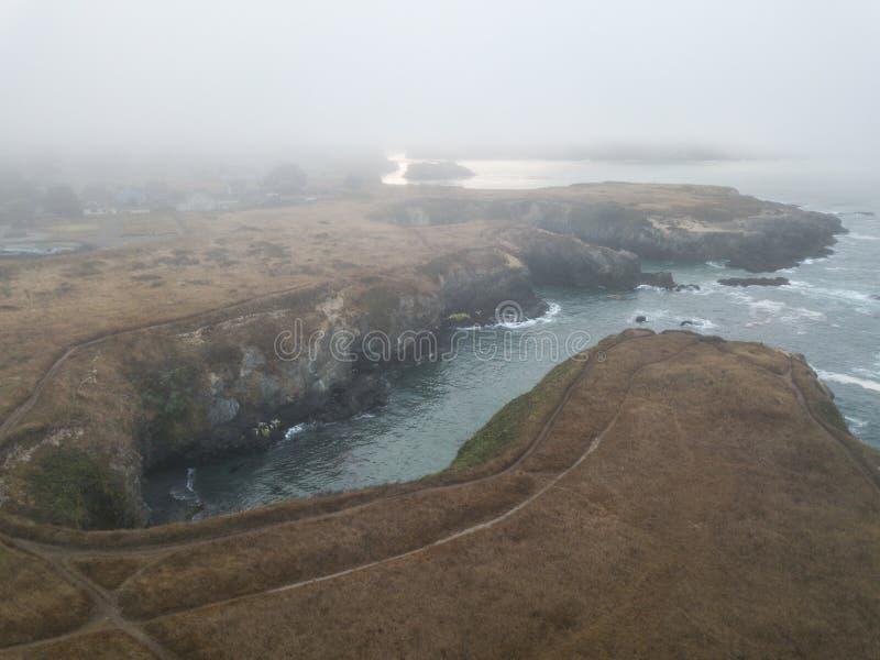 Luchtmening van Mistige Kust in Noordelijk Californië royalty-vrije stock fotografie