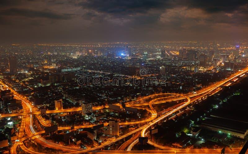 Luchtmening van moderne grote stad bij nacht stock foto's