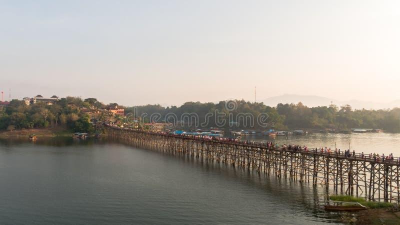 Luchtmening van Mon-Brug in Sangkhlaburi Kanchanaburi thailand stock foto's