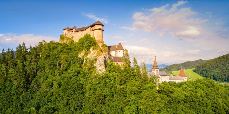 Luchtmening van mooi Orava-kasteel bij zonsopgang royalty-vrije stock afbeeldingen