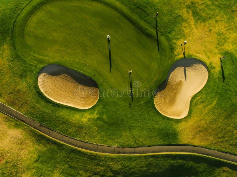 Luchtmening van mooie golfcursus met spelers stock afbeeldingen