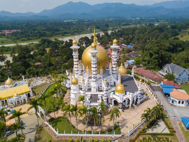 Luchtmening van mooie moskee in Kuala Kangsar, Maleisië royalty-vrije stock afbeeldingen