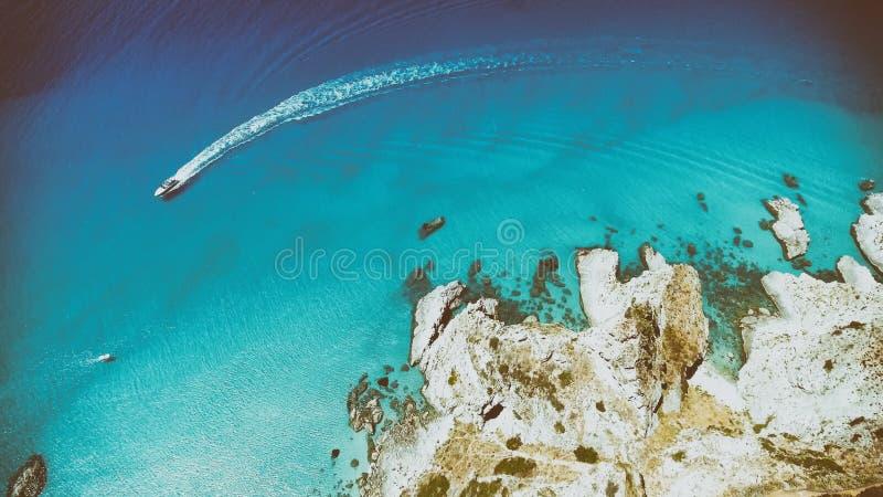 Luchtmening van mooie rotsen over glasheldere oceaan stock foto