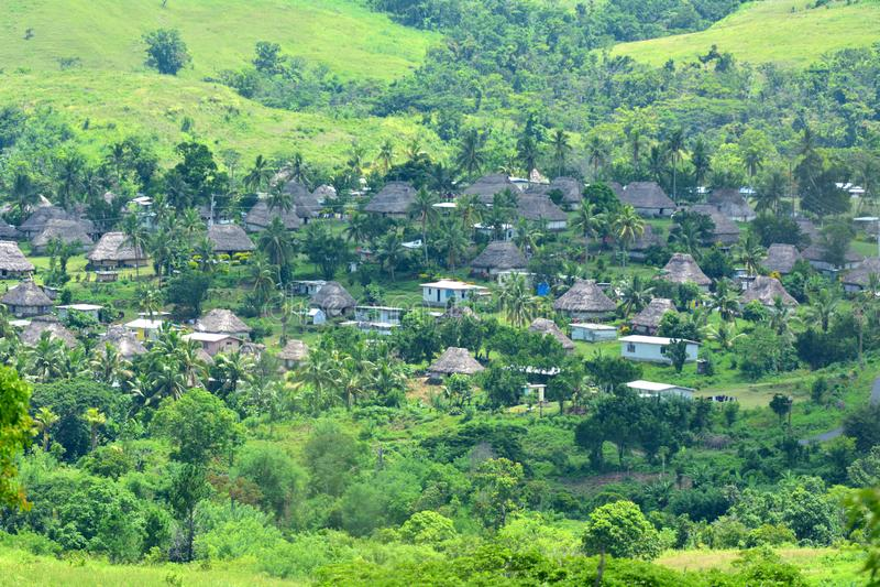 Luchtmening van Navala-dorp in de Bedelaarshooglanden Fiji stock afbeelding