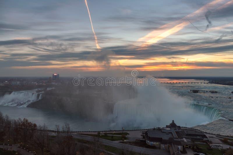 Luchtmening van Niagara-Dalingen op een mooie zonsopgang stock afbeeldingen