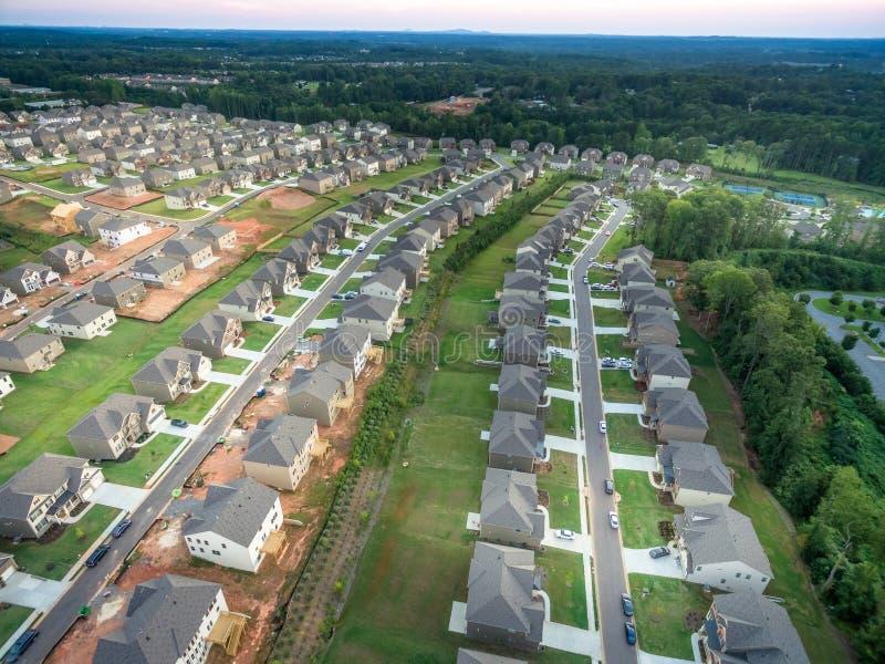 Luchtmening van nieuw flatgebouw met koopflats in Zuidelijke Verenigde Staten stock afbeeldingen