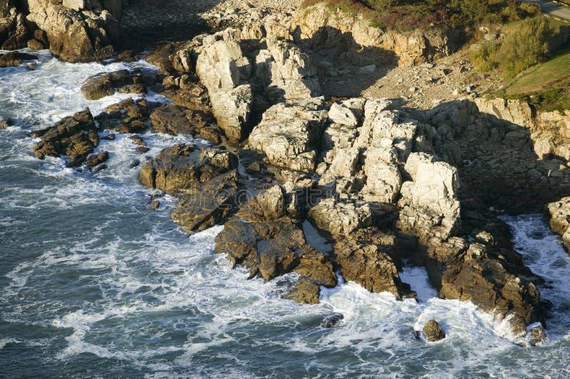 Luchtmening van oceaan die binnen op ruwe rotsen dichtbij de Koplampzuiden van Portland verpletteren van Portland, Maine royalty-vrije stock foto's