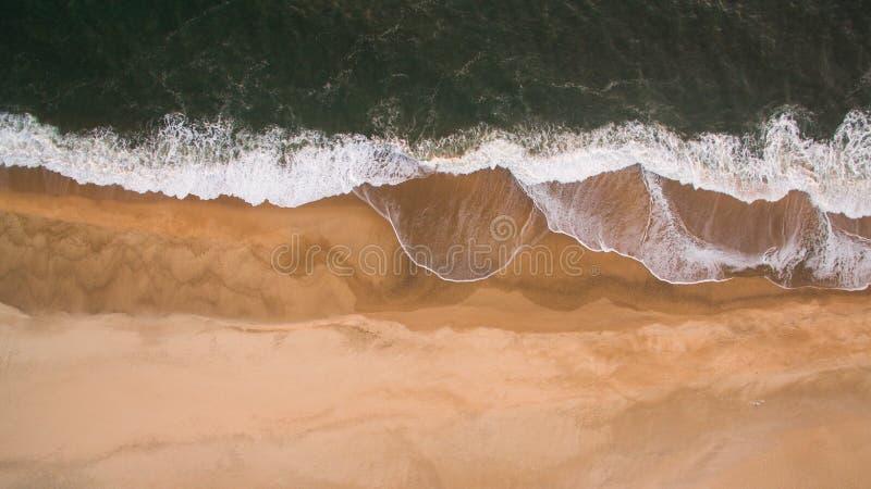 Luchtmening van oceaan overzeese golven op zandig strand bij avond stock afbeeldingen