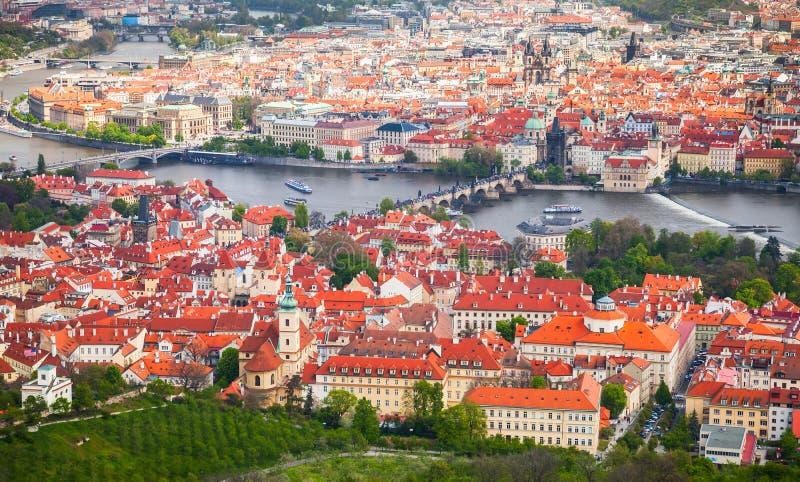 Luchtmening van oud Praag in de zomerdag stock fotografie