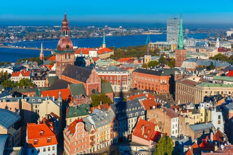 Luchtmening van Oude Stad en Daugava, Riga, Letland royalty-vrije stock afbeelding