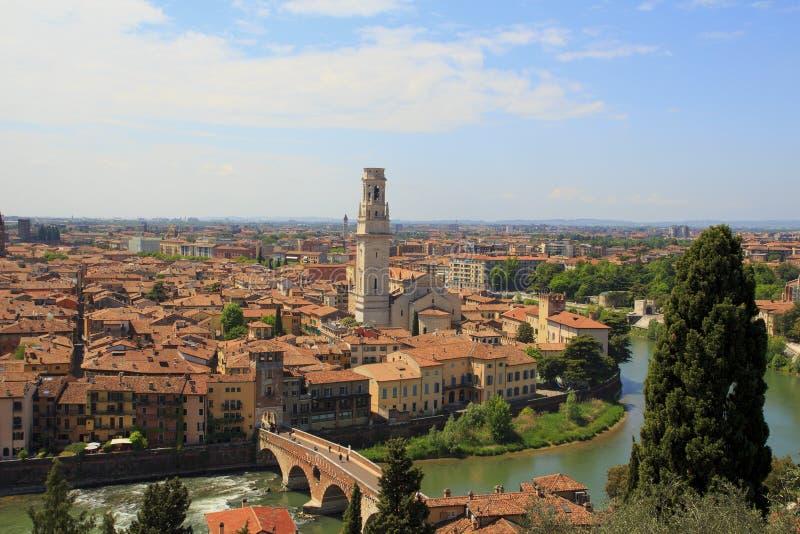Luchtmening van oude stad Verona met oranje daken en hoge torens in zonnige dag , Italië royalty-vrije stock fotografie