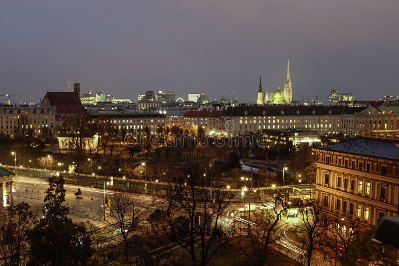 Luchtmening van oude stad in Wenen bij dageraad royalty-vrije stock foto's