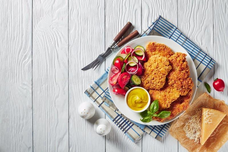 Luchtmening van Parmezaanse kaas gepaneerde kippenfilets stock foto