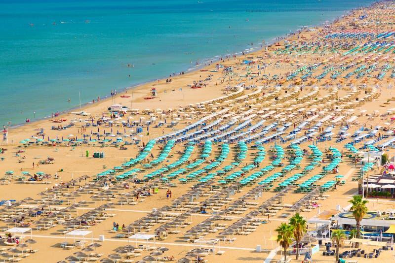 Luchtmening van Rimini-strand met mensen en blauw water De vakantieconcept van de zomer stock fotografie