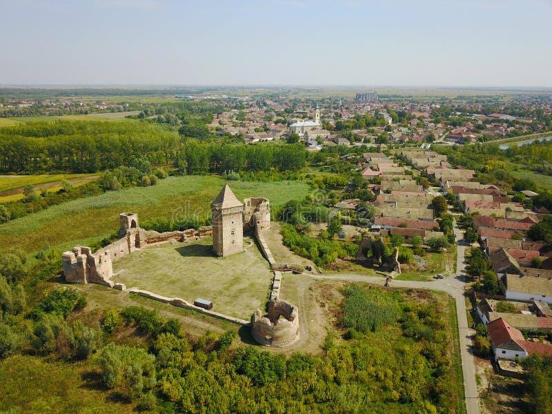 Luchtmening van ruïnes van Bac vesting en dorp in Servië stock foto's