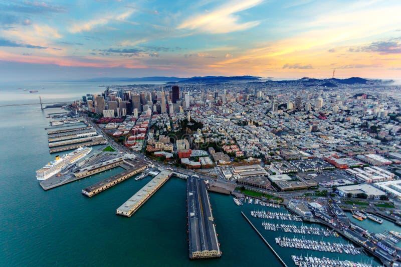 Luchtmening van San Francisco bij zonsondergang stock foto's