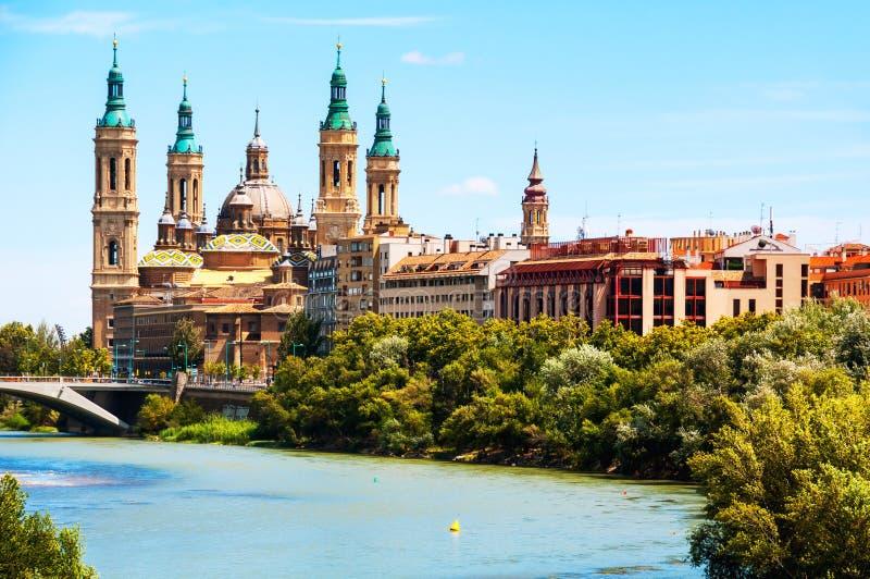 Luchtmening van Saragossa, Spanje met Basiliek van Onze Dame van de Pijler royalty-vrije stock foto's