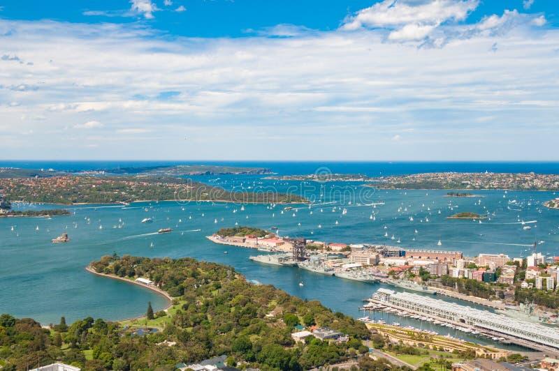 Luchtmening van schilderachtig Sydney Harbour op zonnige dag royalty-vrije stock afbeelding