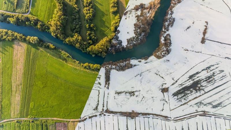 Luchtmening van seizoenverandering met rivierkromming royalty-vrije stock afbeeldingen