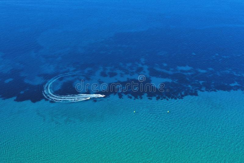 Luchtmening van snelheidsboot in motie Watervervoer en de activiteit van de de zomervrije tijd royalty-vrije stock afbeelding