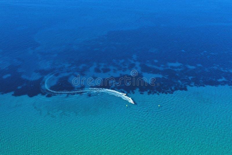 Luchtmening van snelheidsboot in motie Watervervoer en de activiteit van de de zomervrije tijd stock afbeeldingen