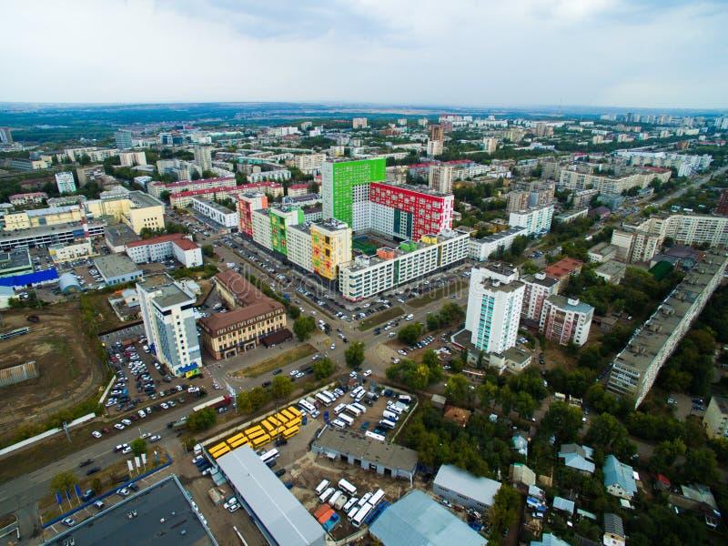 Luchtmening van stad Oefa van verkeer, gebouwen, rivier, bos stock foto