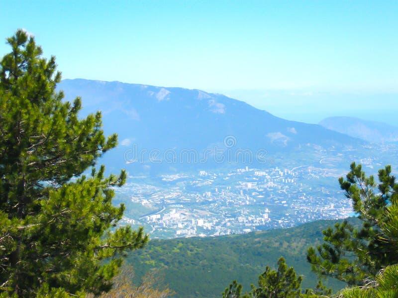 Luchtmening van stad Yalta van het Onderstel ai-Petr stock afbeeldingen