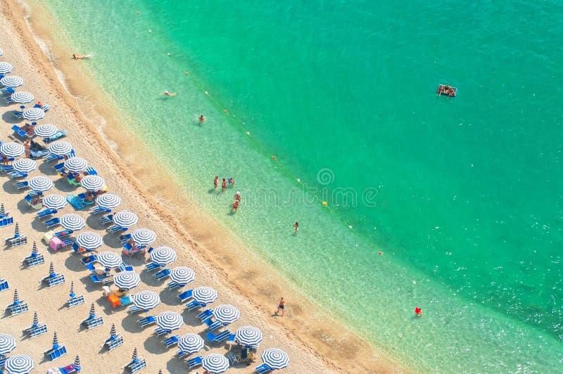 Luchtmening van strand met mensen stock afbeelding