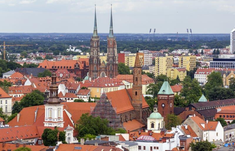 Luchtmening van talrijke kerktorens en spitsen in Wroclaw, Pol. stock foto