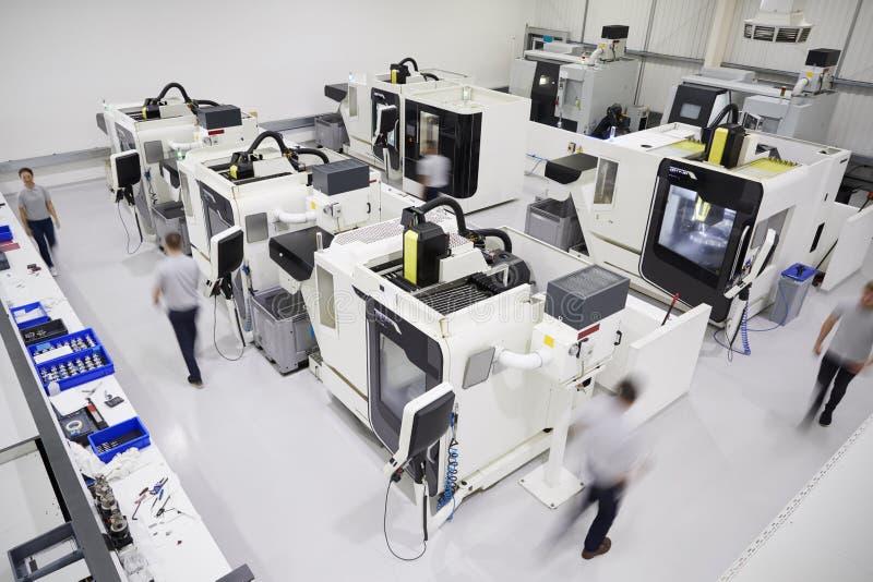 Luchtmening van Techniekworkshop met Arbeiders die CNC MAC gebruiken royalty-vrije stock fotografie