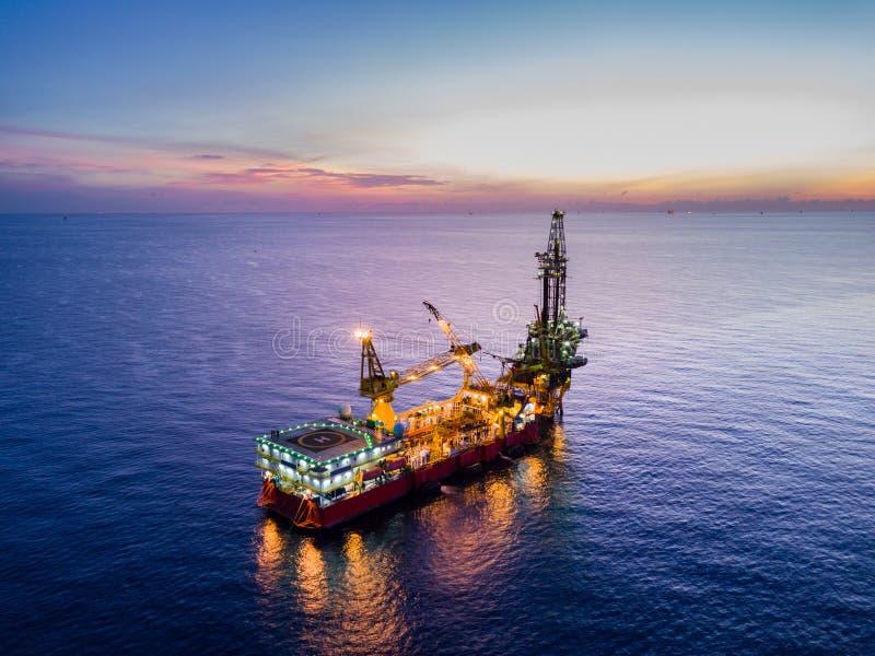 Luchtmening van Tedere Boorolie Rig Barge Oil Rig stock afbeelding