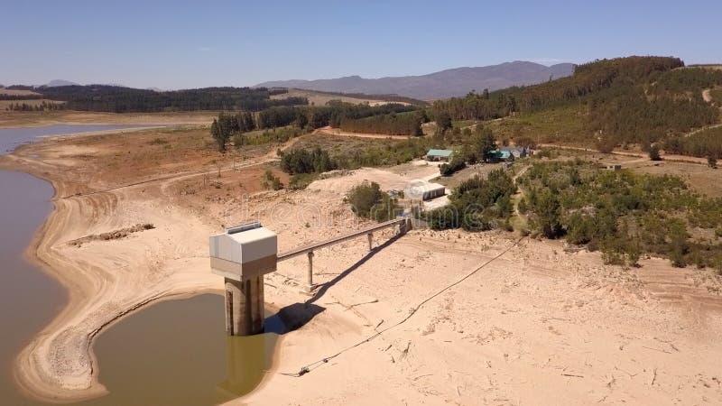 Luchtmening van Theewaterskloof-Dam, de hoofddam van Cape Town ` s, met uiterst - lage niveaus stock foto