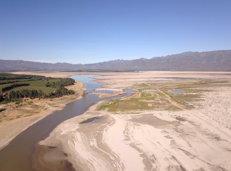 Luchtmening van Theewaterskloof-Dam, de hoofddam van Cape Town ` s, met uiterst - lage niveaus royalty-vrije stock fotografie