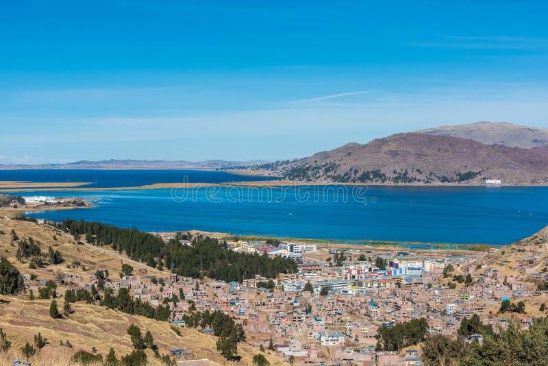 Luchtmening van Titicaca-Meer in de Peruviaanse Andes Puno Peru stock fotografie