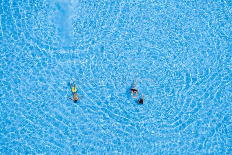 Luchtmening van toeristen die in de pool zwemmen royalty-vrije stock afbeelding