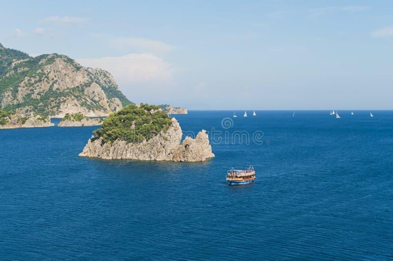 Luchtmening van toeristenboot en rotsachtige eilanden stock afbeelding