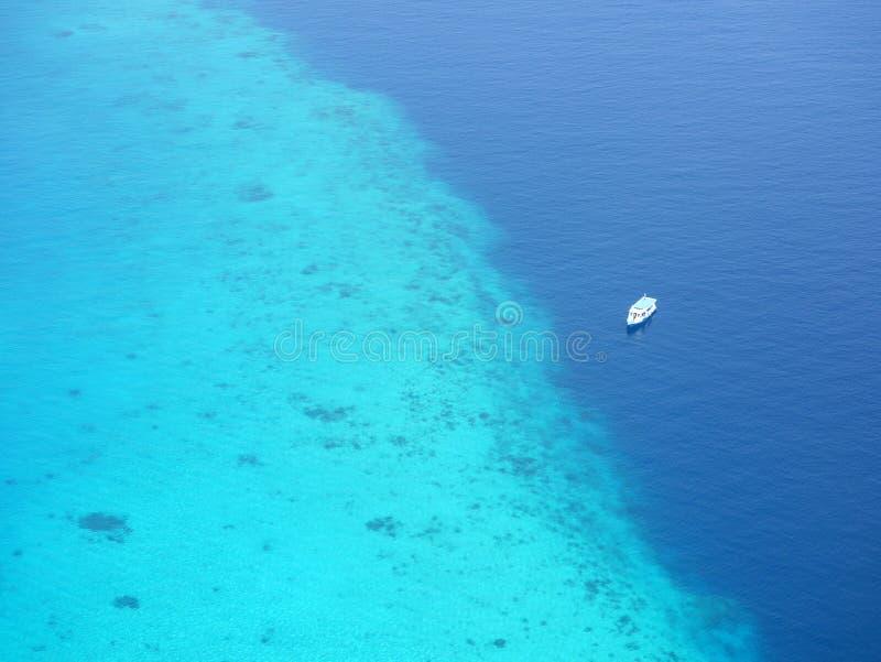 Luchtmening van toeristenveerboot die dichtbij koraalrif drijven royalty-vrije stock afbeeldingen