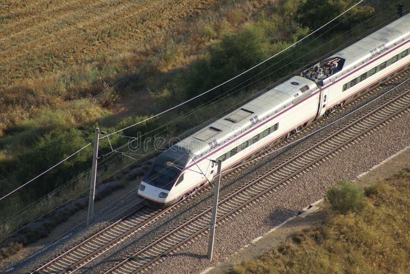 Luchtmening van trein het lopen op een spoorwegspoor stock foto