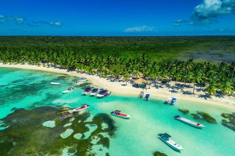 Luchtmening van tropisch strand, Dominicaanse Republiek stock afbeelding