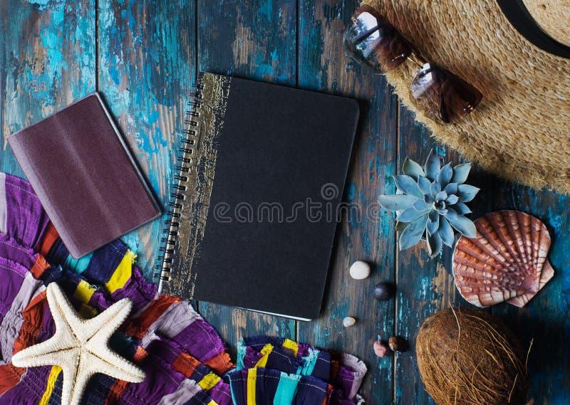 Luchtmening van vakantietoebehoren op tustic houten lijst, reis het schaven concept stock afbeeldingen