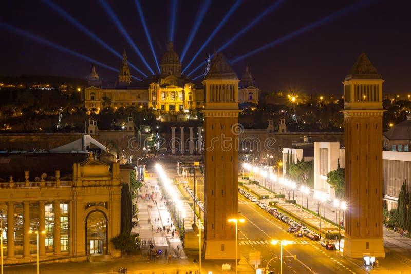 Luchtmening van Venetiaanse kolommen, Nationale Art Museum en Placa Espanya in Barcelona bij nacht, Catalonië, Spanje royalty-vrije stock afbeeldingen