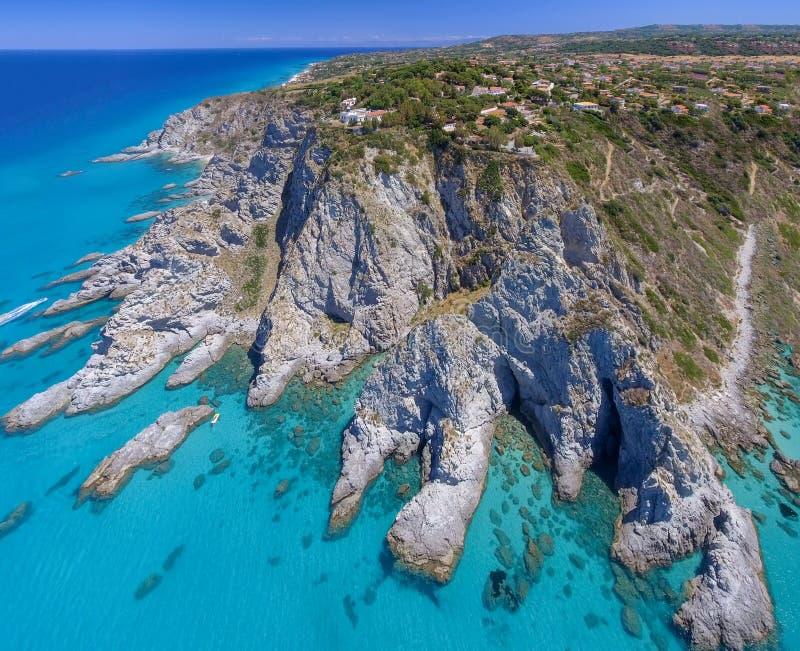 Luchtmening van verbazende kustlijn met rotsen en bergen over royalty-vrije stock foto's