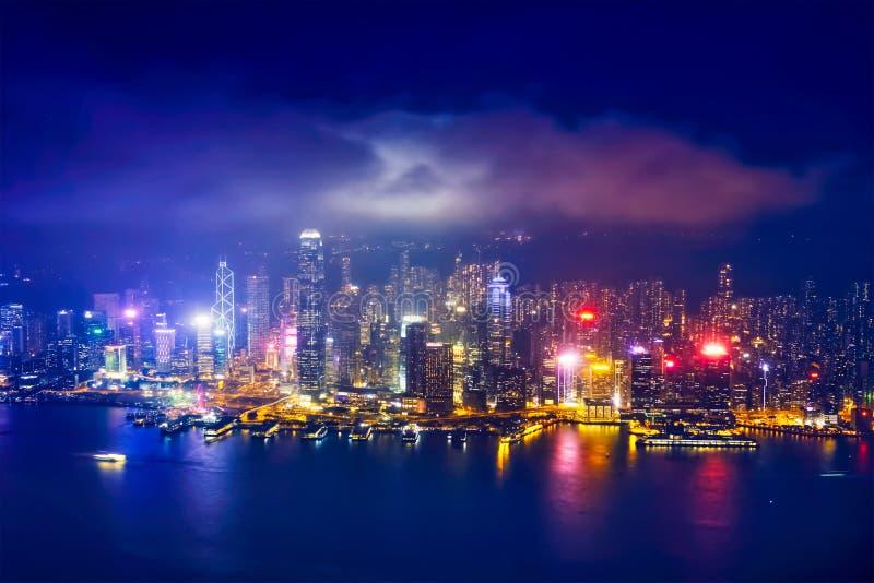 Luchtmening van verlichte Hong Kong-horizon Hongkong, China stock afbeelding