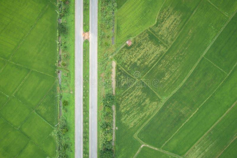 Luchtmening van Vliegende Hommel De hoogste weg van het meningsasfalt in midd stock fotografie