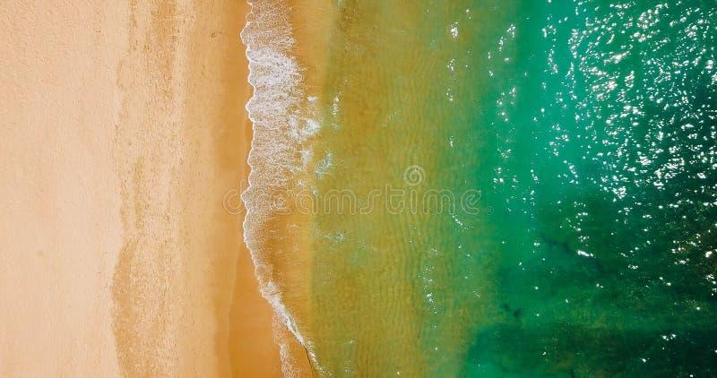 Luchtmening van Vliegende Hommel van Oceaangolven en Mooi Strand in Algarve royalty-vrije stock foto's